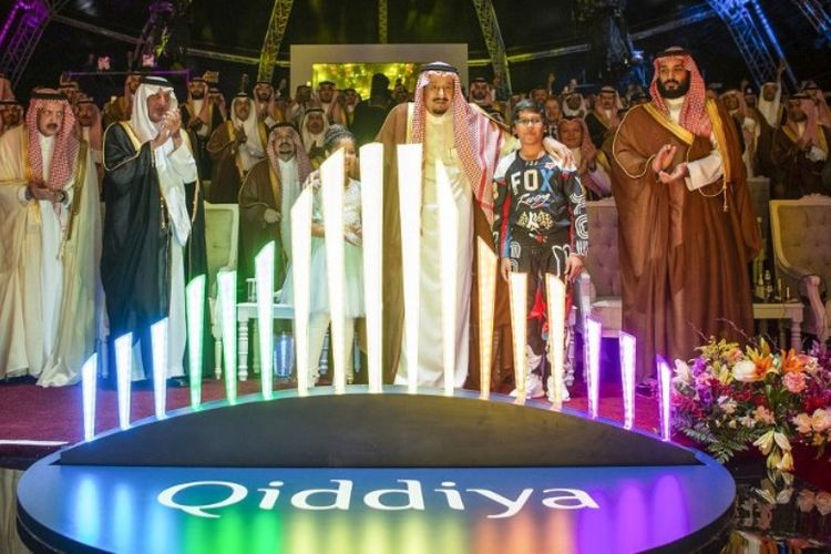 Raja Saudi Salman bin Abdulaziz (tengah) dan Putra Mahkota Muhammad bin Salman (kanan) meresmikan pembangunan taman hiburan raksasa Qiddiya, Sabtu (28/4/2018).