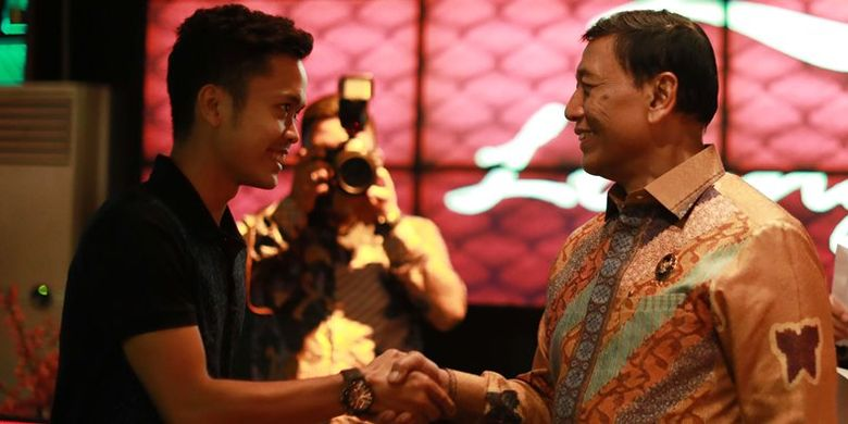 Ketua Umum PP PBSI Wiranto menyerahkan langsung bonus tersebut kepada para atlet dalam acara makan malam bersama yang berlangsung pada Selasa (5/9).
