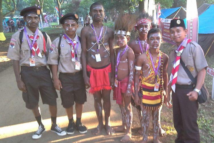 Seorang Guru Garis Depan Sahril Anci asal Kabupaten Maros, Sulawesi Selatan bertugas mengajar di SMP Negeri Momi Waren Kabupaten Manokwari Selatan, Papua Barat.