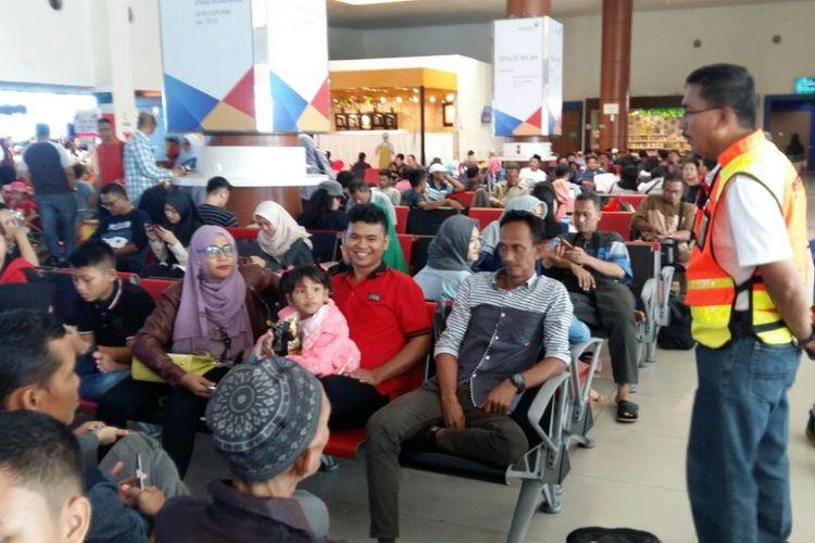 Executive General Manager Angkasa Pura, Jaya Tahoma Sirait, sedang mengingatkan calon penumpang pesawat di Bandara SSK II Pekanbaru untuk tidak bercanda soal bom, Rabu (13/6/2018).