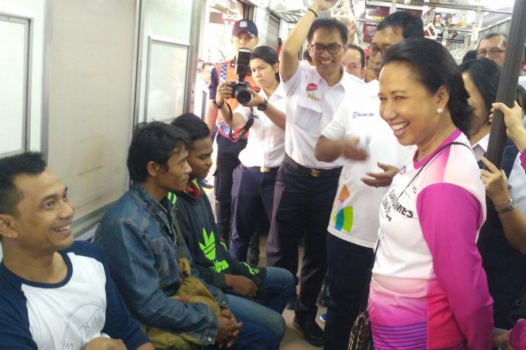 Menteri BUMN Rini Soemarno menyapa penumpang naik commuter line jurusan stasiun Bogor.
