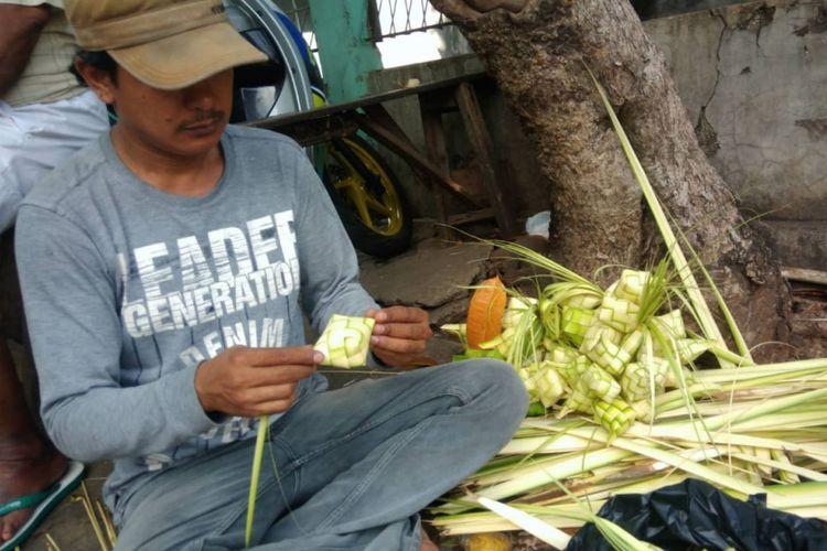 Ayat penjual Ketupat di Pasar Slipi, Jakarta Barat ini mengaku omset penjualan ketupatnya tahun ini lebih besar dari tahun lalu, Kamis (14/6/2018).