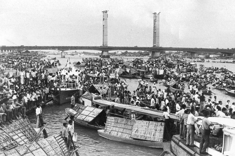 Puluhan ribu penduduk Palembang dan sekitarnya tumpah ruah ke Sungai Musi untuk menyaksikan perlombaan bidar tahun ini. Jembatan Ampera menjadi tribune-angkasa. Yang ingin menonton lebih dekat menggunakan sampan, motor boat, jukung dll.