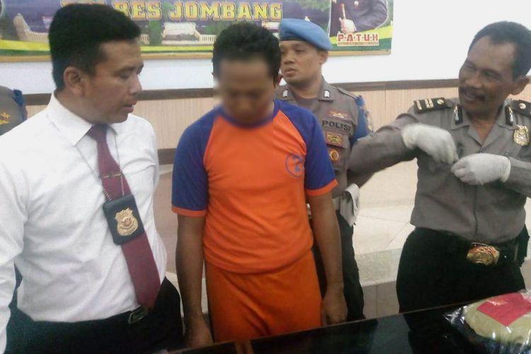 KHS (36), Guru SDN terduga pelaku kasus pencabulan terhadap 2 anak SD, didampingi Kasat Reskrim Polres Jombang, AKP Gatot Setyo Budi (kiri) dan Kasubbag Humas Polres Jombang, Iptu Sarwiaji (Kanan).