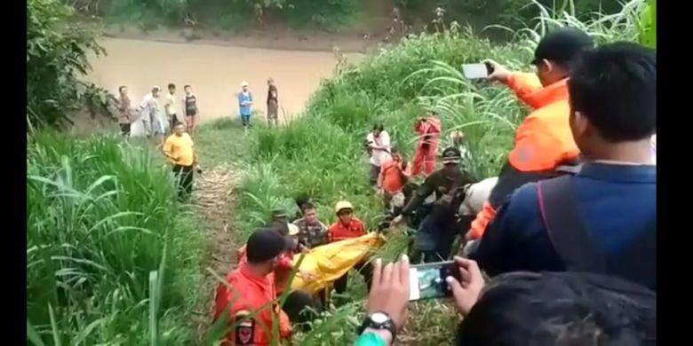 EVAKUASI --Tim SAR gabungan mengevakuasi jasad Huda, santri yang tewas tenggelam di Sungai Tempuran, Kota Ponorogo, Kabupaten Ponorogo, Jawa Timur, Senin ( 14/1/2019) malam.
