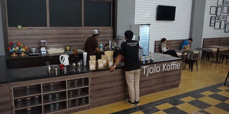 Kafe di Pabrik Gula Colomadu, Karanganyar, Jawa Tengah, Kamis (22/3/2018). Pabrik gula ini direvitalisasi menjadi tempat wisata dan kawasan komersial. Kini namanya berubah menjadi De Tjolomadoe.