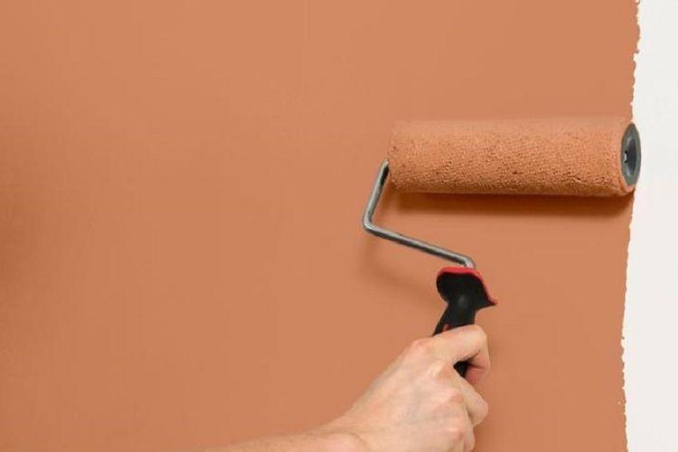 Mengecat sendiri dinding di rumah.