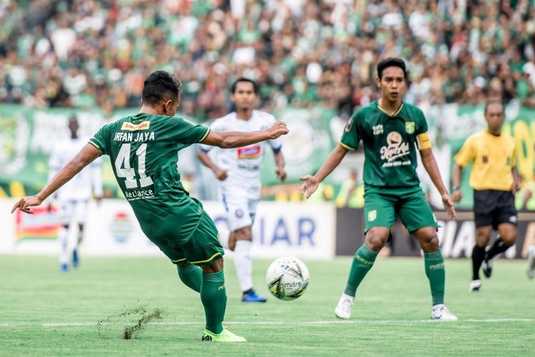 Tendangan melengkung Irfan Jaya membawa Persebaya unggul lebih dulu atas Arema FC pada final leg pertama Piala Presiden 2019. Persebaya ditahan imbang Arema FC 1-1 di Stadion Gelora Bung Tomo sore ini (9/4/2019).