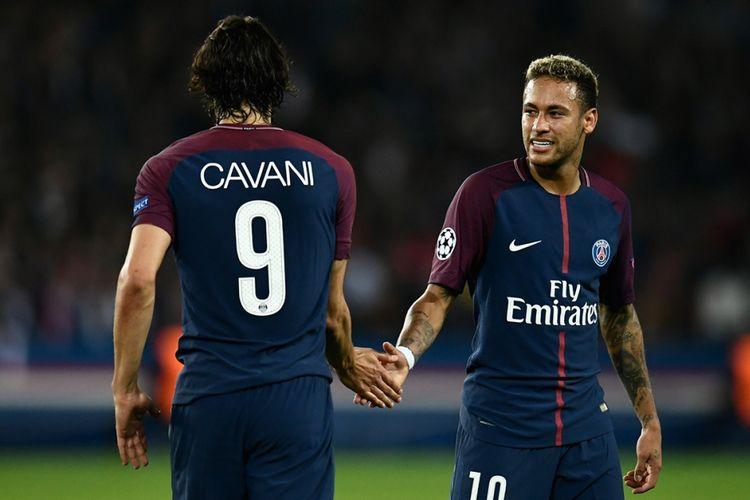 Edinson Cavani dan Neymar berjabat tangan seusai melawan Bayern Munich pada pertandingan Liga Champions di Stadion Parc des Princes di Paris, Rabu (27/9/2017).