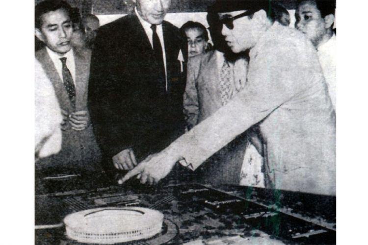 Presiden Soekarno memperlihatkan desain kawasan Gelora Bung Karno di Senayan pada sejumlah delegasi asing