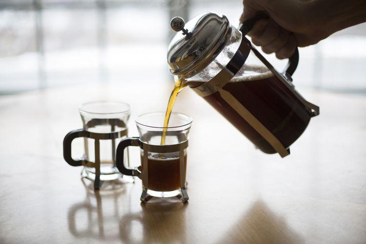Ilustrasi menuang kopi dari french press