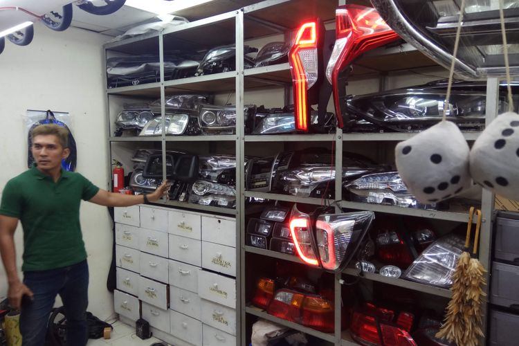Ragam lampu mobil yang dijual oleh salah satu toko spare parts di Mega Glodok Kemayoran (MGK), Jakarta Pusat.
