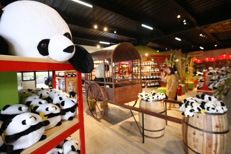 Berbagai macam souvenir panda seperti boneka, topi, tas, baju, dan lain-lain dijual di Istana Panda Indonesia, Taman Safari Indonesia Bogor, Jawa Barat, Rabu (1/11/2017). Sepasang panda, Cai Tao (jantan) dan Hu Chun (betina) yang berasal dari pengembangbiakan di China Wildlife Conservation Association (CWCA) telah selesai menjalani proses karantina dan akan diperkenalkan untuk publik pada November 2017 ini
