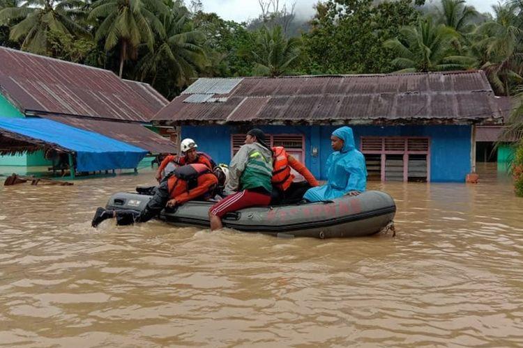 Personel Basarnas Kendari mengevakuasi warga yang terjebak banjir bandang dengan perahu karet di Kecamatan Dangia, Kolaka Timur, Sulawesi Tenggara, Minggu (9/6/2019). Banjir bandang merendam 11 desa di 3 kecamatan di Kabupaten Kolaka Timur akibat luapan Sungai Konaweha disebabkan intensitas hujan tinggi dan data sementara BPBD Kolaka Timur sebanyak 35 unit rumah terendam, 130 hektare sawah terendam dan 6 desa lain di wilayah tersebut belum bisa diakses disebabkan jalan terputus.