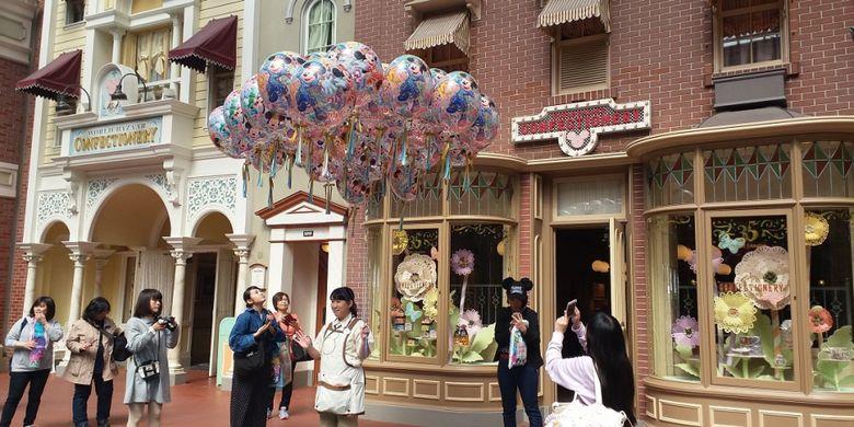 Suasana di depan salah satu toko penganan di dalam area Tokyo Disneyland lebih semarak dengan hadirnya sejumlah balon untuk merayakan ulang tahun ke-35 Tokyo Disneyland.