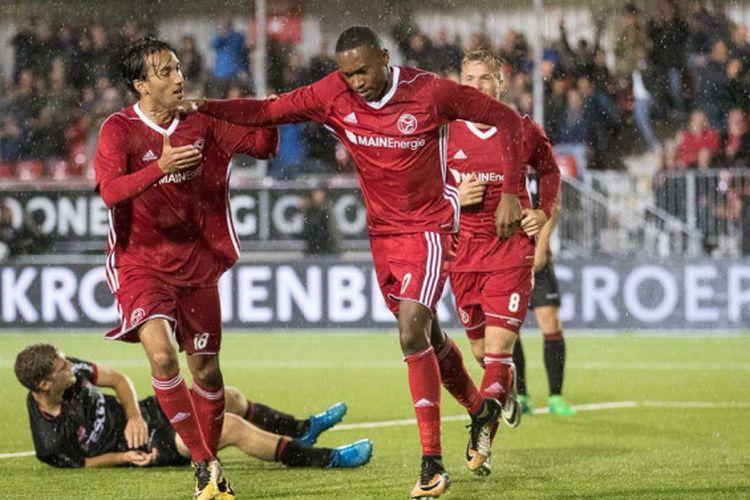 Striker Almere City, Ezra Walian (kiri), merayakan gol yang dicetak timnya ke gawang Helmond Sport dalam laga Eerste Divisie atau kasta kedua Liga Belanda di Stadion Yanmar, Sabtu (9/9/2017) dini hari WIB.