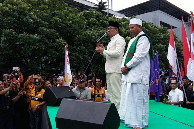Pasangan calon gubernur dan wakil gubernur Jabar, Ridwan Kamil dan Uu Ruzhanul, saat berorasi di hadapan ratusan orang pendukung di Stadion Persib, Jalan Ahmad Yani, Bandung, Selasa (9/1/2018).