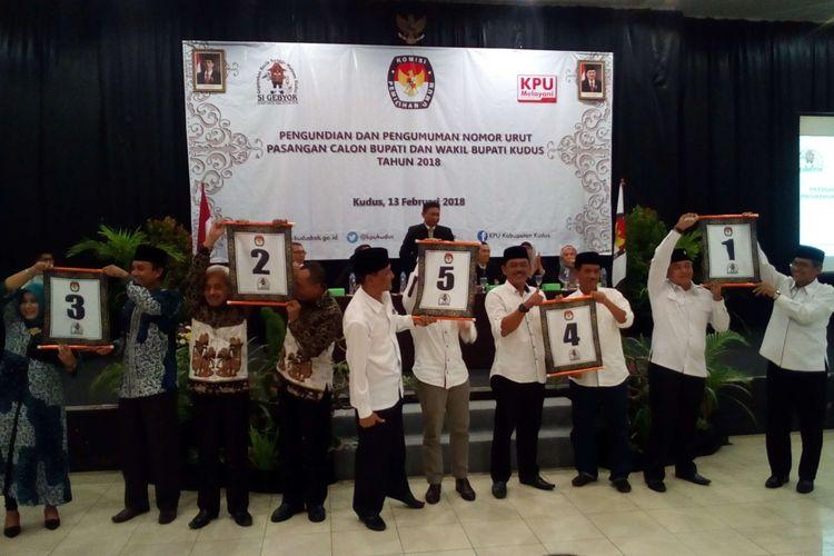 Suasana pengundian nomor urut masing-masing paslon Bupati dan Wakil Bupati Kudus 2018 oleh Komisi Pemilihan Umum (KPU) Kudus yang berlangsung di Hotel Griptha, Kudus, Jateng Selasa (13/2/2018).