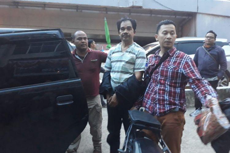 Dirhansono (55) diamankan pihak Polsek Kemuning lantaran mencoba membakar kantor leasing motor yang berada di  Jalan Kolonel H Barlian, Kecamatan Kemuning, Palembang, Sumatera Selatan, Jumat (7/9/2018).