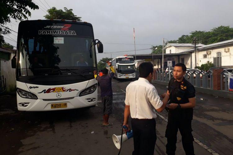 PT KAI Daerah Operasional IX Jember, Jawa Timur, menyiapkan 10 bus untuk mengangkut penumpang yang tertahan di Stasiun Porong, Akibat banjir yang menggenangi wilayah Porong dan Tanggulangin, Senin (27/11/2017).
