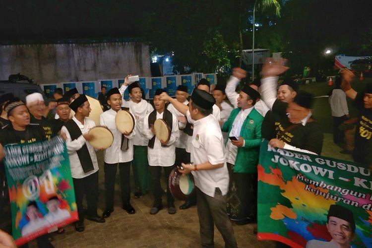 Sejumlah pendukung pasangan capres-cawapres nomor urut 01 Joko Widodo-Maruf Amin menyanyikan lagu yang sering dinyanyikan warga Nahdlatul Ulama (NU) Yalal Wathon jelang debat ketiga pilpres di Hotel Sultan, Minggu (17/3/2019) malam.