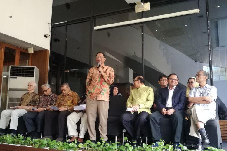 Ketua Gerakan Suluh Kebangsaan (GSK) Mahfud MD bersama sejumlah tokoh nasional dalam pernyataan sikap bersama di Century Park Hotel, Jakarta, Kamis (23/5/2019).