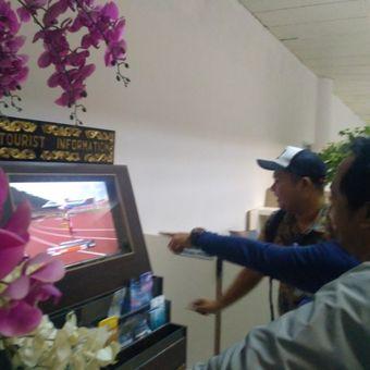 Tayangan detik-detik Lalu Muhammad Zohri (18) menjuarai Kejuaraan Dunia Atletik U20 untuk kategori 100 meter di Finlandia menjadi perhatian pengunjung Bandara internasional Lombok, Kamis (13/7/2018).