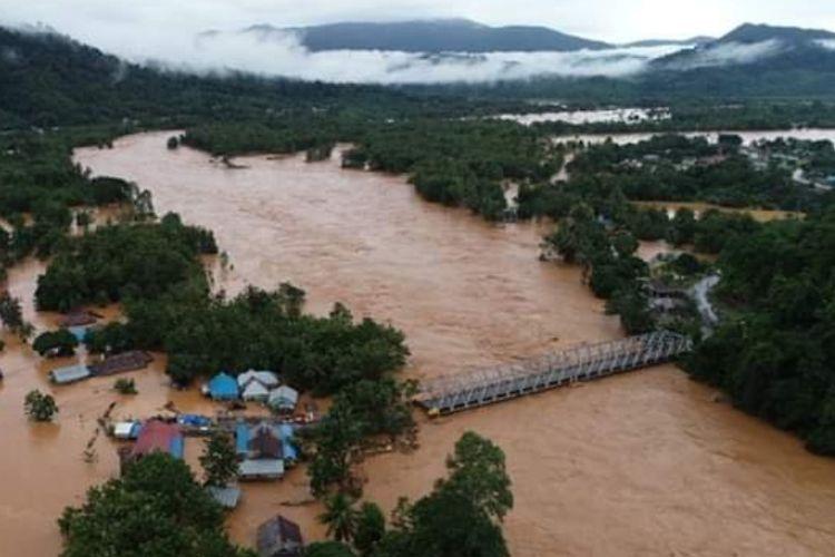 Jembatan penghubung antarprovinsi Sultra dengan provinsi Sulteng putus akibat banjir. Tak hanya itu ribuan rumah di 6 kecamatan masih terendam banjir setinggi 3 meter (Foto Istimewa)