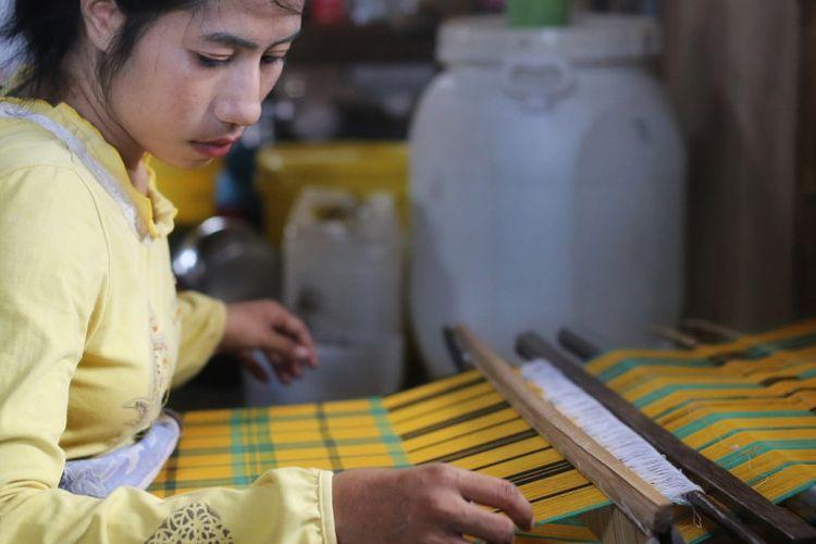 Gadis di Desa Pajam belajar menenun secara turun-temurun untuk bekal berkeluarga.
