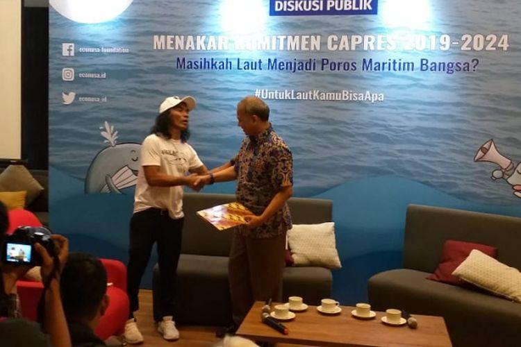 Salah satu aktivis lingkungan hidup, yakni Akhadi Wira Satriaji, memberikan surat kepada perwakilan TKN mengenai isu laut di kawasan Menteng, Jakarta Pusat, Selasa (12/2/2019).