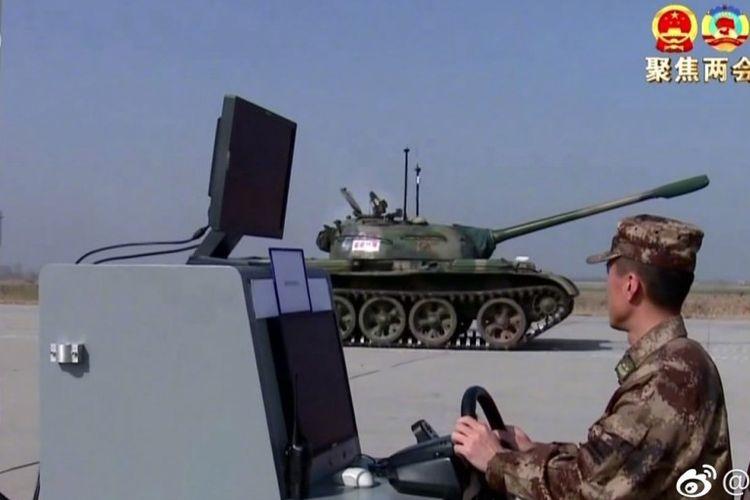 Tayangan oleh stasiun televisi pemerintah memperlihatkan saat dilakukan uji coba tank tanpa awak oleh militer China.