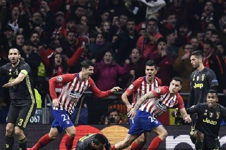 Bek Atletico Madrid Jose Gimenez (kanan) merayakan gol dengan rekannya setelah mencetak gol pada babak 16 besar Liga Champions antara Atletico Madrid vs Juventus FC di Stadion Wanda Metropolitano di Madrid pada 20 Februari 2019.