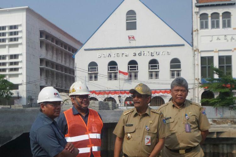 Gubernur DKI Jakarta Djarot Saiful Hidayat meninjau pembangunan Kalibaru yang merupakan bagian dari revitalisasi kawasan Kota Tua tahap 1, Selasa (12/9/2017).