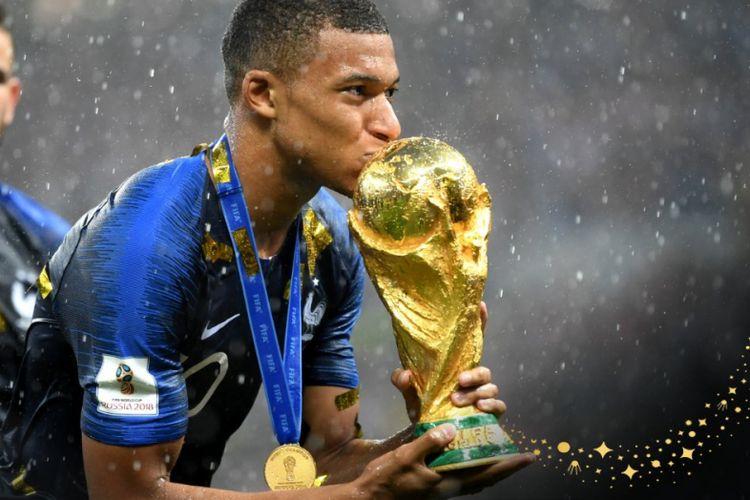Penyerang muda Perancis, Kylian Mbappe, saat berselebrasi mencium trofi Piala Dunia 2018 di tengah cuaca hujan.