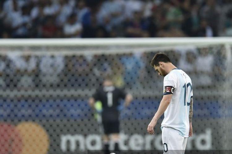 Penyerang Argentina, Lionel Messi, menunduk setelah pemain Paraguay, Richard Sanchez, mencetak gol pada laga grup Copa America 2019 di Stadion Belo Horizonte, Brasil, 20 Juni 2019.