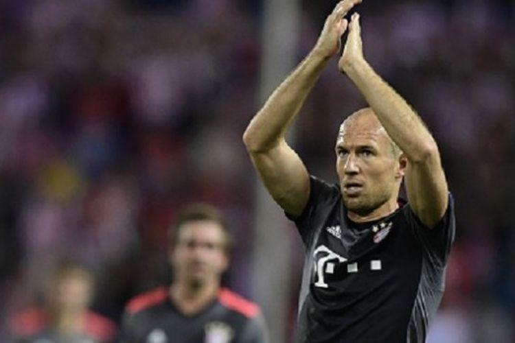 Arjen Robben membalas pendukung Bayern Muenchen yang hadir di Vicente Calderon, Rabu (28/9/2016).