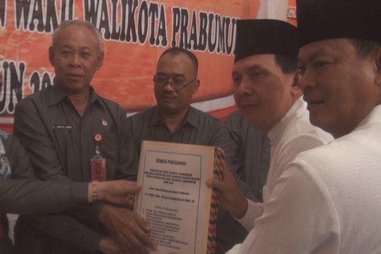 Paslon wali kota dan wakil wali kota Prabumulih yang merupakan penjabat  petahana Ridho Yahya-Ardiansyah Fikri mendaftarkan diri hari ini ke KPU Prabumulih didampingi pengurus 10 partai politik pendukungnya.