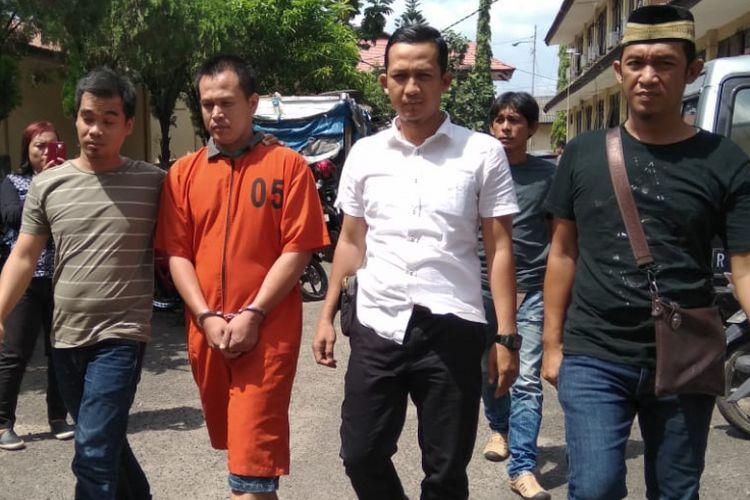 Joni Saputra (36) oknum sipir di Lembaga Pemasyarakatan (Lapas) Merah Mata Palembang, yang menjadi pelaku penganiayaan hingga menewaskan napi bernama Bisan saat berada di Polda Sumsel, Senin (9/7/20180