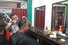 Cerita Tukang Cukur Telanjur Potong Rambut Pelanggan Saat Listrik Padam