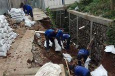 Turap yang Longsor Akibat Hujan Deras di Lenteng Agung Diperbaiki
