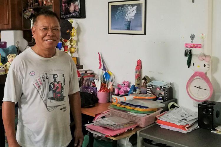 Boonthawee di rumahnya. Dia juga menyimpan peralatan audio yang terhubung ke-32 pengeras suara disekitar wilayah Mu Song, untuk memberikan pengumuman harian.
