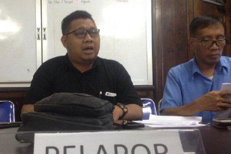 Saksi pelapor, Heri Sunaryo (tengah), saat menjelaskan sikapnya terhadap putusan Bawaslu Kota Balikpapan yang menolak gugatan dari Golkar Balikpapan.