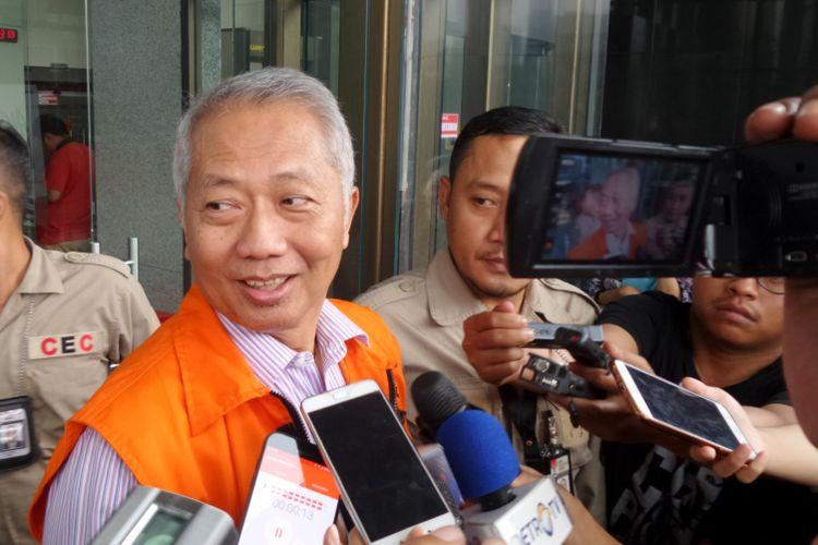 Direktur Jenderal Perhubungan Laut Kementerian Perhubungan Antonius Tonny Budiono mengenakan rompi tahanan seusai diperiksa di Gedung KPK Jakarta, Selasa (29/8/2017).