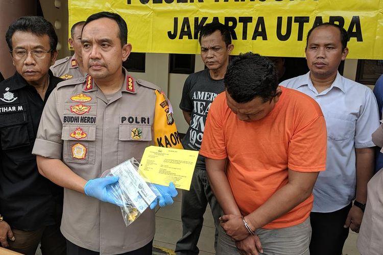 Kapolres Metro Jakarta Utara, Kombes Budhi Herdi Susianto, memberi keterangan kepada wartawan terkait kasus pencurian mobil pemadam kebakaran (damkar) di Tanjung Priok, Jakarta Utara, Kamis (13/6/2019).