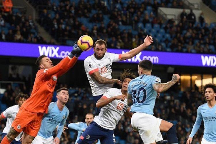 Ederson Moraes melompat untuk menjemput bola dalam pertandingan Manchester City vs AFC Bournemouth di Stadion Etihad pada lanjutan Liga Inggris, 1 Desember 2018.