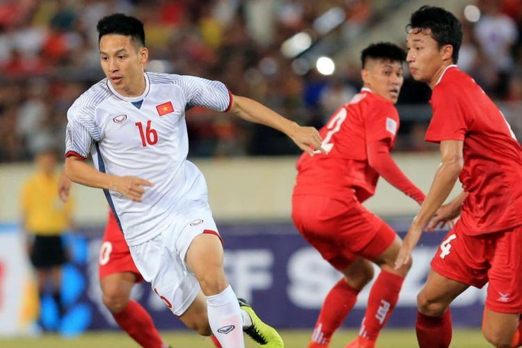 Pemain Vietnam melewati hadangan pemain Laos pada laga perdana Grup A Piala AFF 2018 di Stadion Nasional KM16 di Vientiane, Laos, Kamis (8/11/2018). Pada laga tersebut, VIetnam menang dengan skor 3-0.