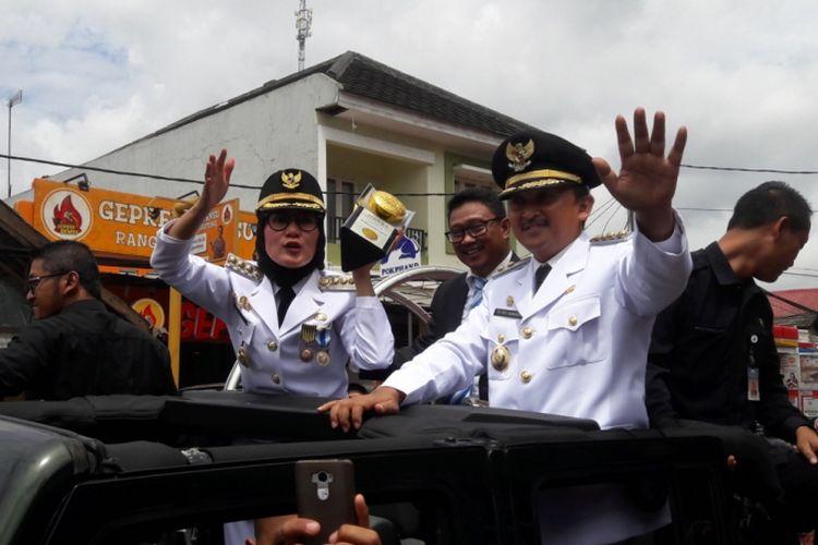 Bupati Lebak Iti Octavia Jayabaya saat arak-arakan Piala Adipura di Rangkasbitung, Selasa (15/1/2019). Kompas.com