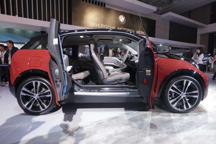Mobil listrik BMW i3s dipamerkan saat acara Gaikindo Indonesia Internasional Auto Show (GIIAS) 2019 di Indonesia Convention Exebition (ICE) BSD, Serpong, Tangerang, Banten, Kamis (18/7/2019). BMW i3s hadir dengan motor listrik bertenaga 184 tk dengan torsi 270 Nm. Mobil baru ini dapat melesat dari diam hingga 100 kilometer per jam dalam waktu 6,9 detik.