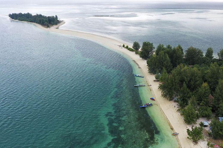 Pulau Dodola Besar dan Pulau Dodola Kecil di Kabupaten Morotai, Maluku Utara, yang tersambung dengan jembatan pasir putih saat air laut surut.