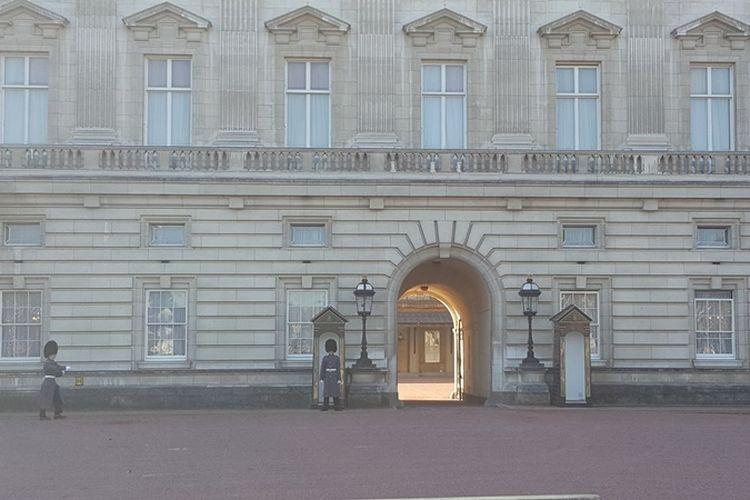 Suasana di halaman Buckingham Palace setelah upacara changing of the guard, upacara pergantian pasukan pengawal kerajaan berlangsung, Senin (6/11/2017). Upacara pergantian biasanya berlangsung setiap hari Senin, Rabu, Jumat dan Minggu, sekitar pukul 11.00 WIB.